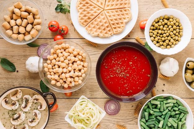 Vue de dessus des plats avec des gaufres et de la soupe aux tomates