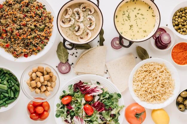 Vue de dessus des plats avec des nouilles et des soupes