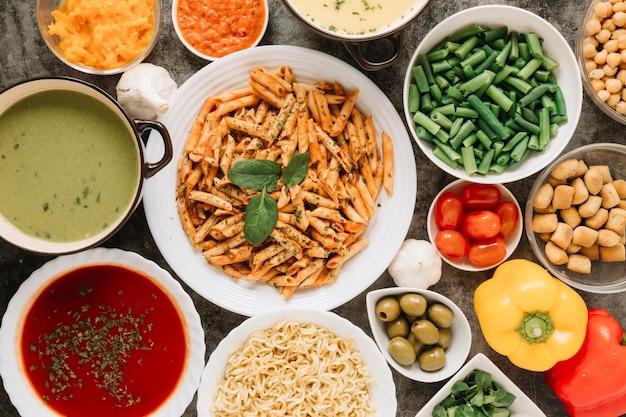 Vue de dessus des plats avec des pâtes et des haricots verts