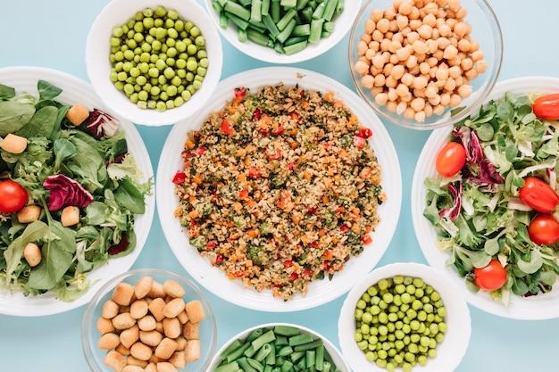 Vue de dessus des plats avec des salades et des pois chiches
