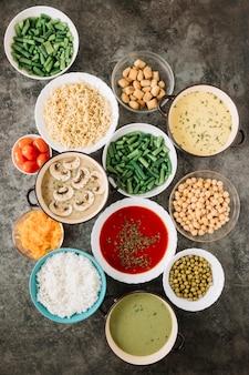 Vue de dessus des plats avec soupe aux tomates et riz