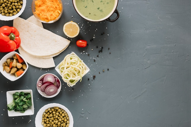 Vue de dessus des plats avec soupe et oignons
