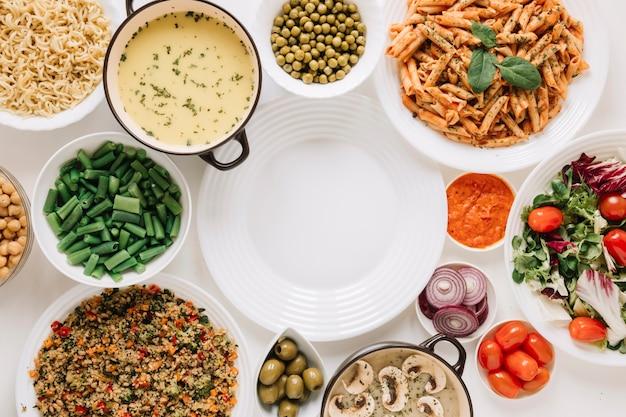Vue de dessus des plats avec soupe et tomates cerises