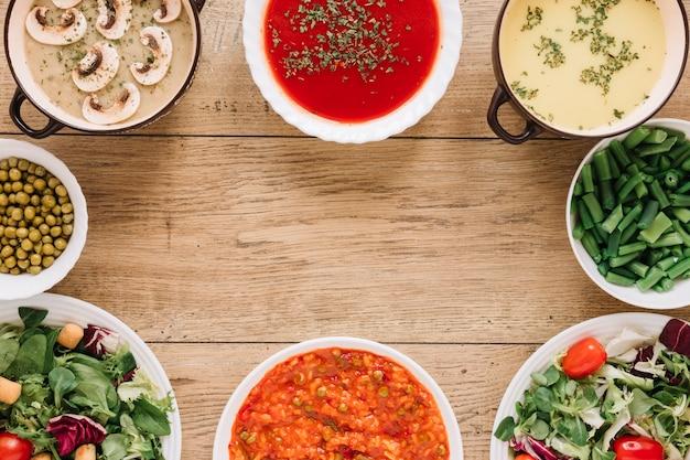 Vue de dessus des plats avec des soupes et copie espace