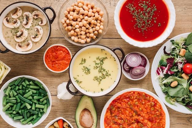Vue de dessus des plats avec des soupes et des haricots verts