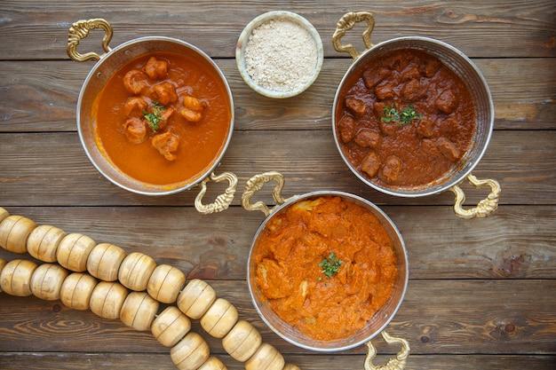 Vue de dessus des plats turcs dans des casseroles en cuivre