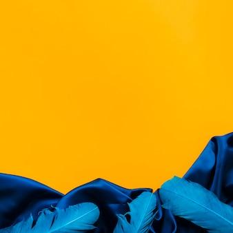 Vue de dessus des plumes de carnaval et du textile