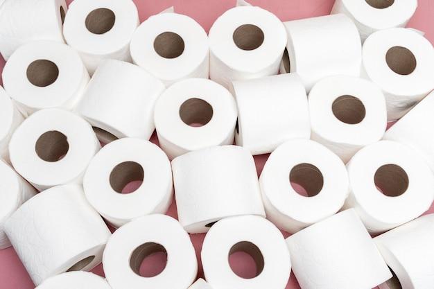 Vue de dessus de plusieurs rouleaux de papier toilette