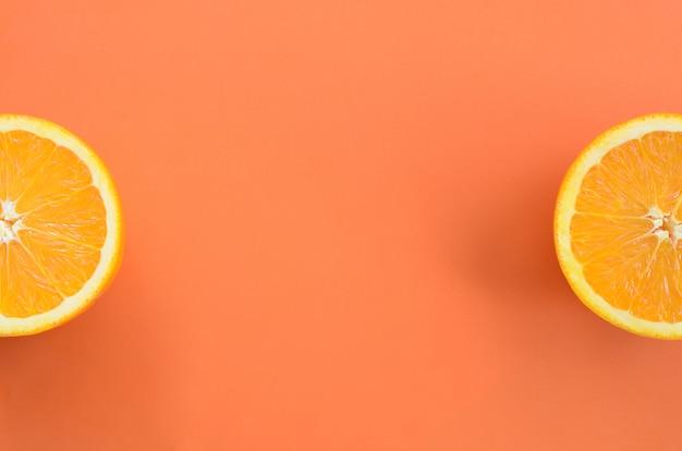 Vue de dessus de plusieurs tranches de fruits orange sur fond clair en couleur orange. une image de texture d'agrumes saturée
