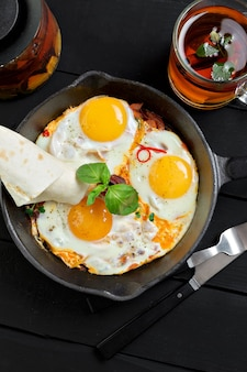 Vue de dessus de la poêle avec trois œufs au plat