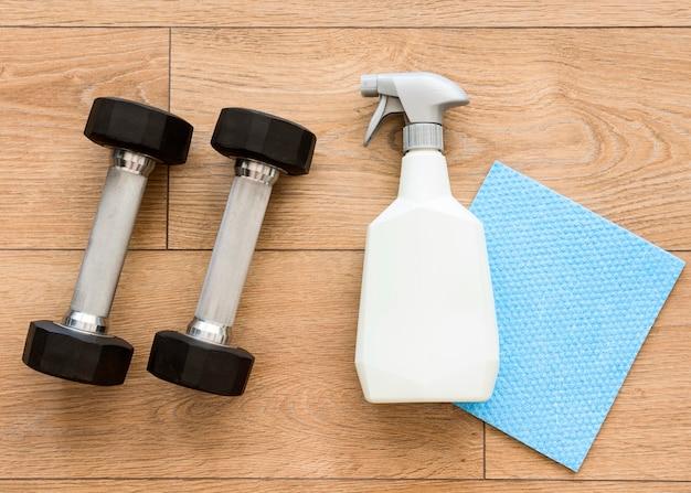 Vue de dessus des poids avec solution de nettoyage