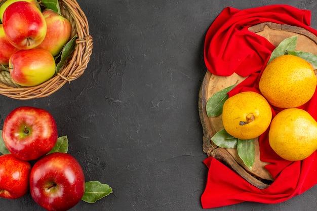 Vue de dessus des poires douces fraîches avec des pommes sur un arbre de table gris moelleux mûr frais