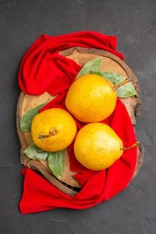 Vue de dessus des poires douces fraîches sur une table grise rouge frais moelleux mûr