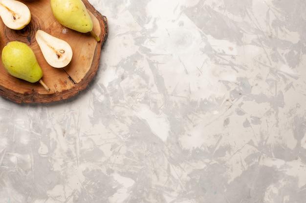 Vue de dessus poires moelleuses fraîches sur un espace blanc clair
