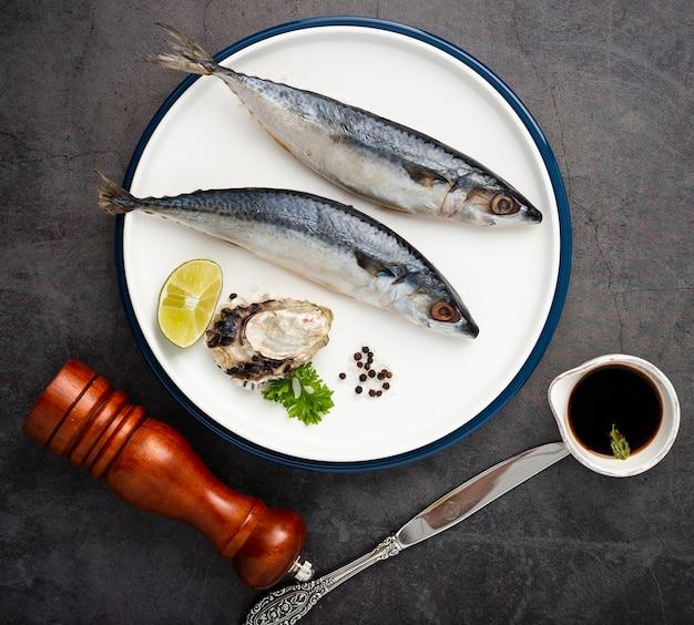 Vue de dessus avec poisson sur assiette