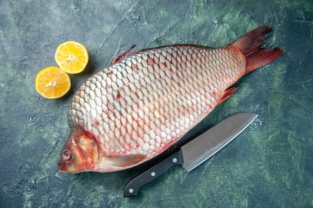 Vue de dessus poisson cru frais sur fond bleu foncé