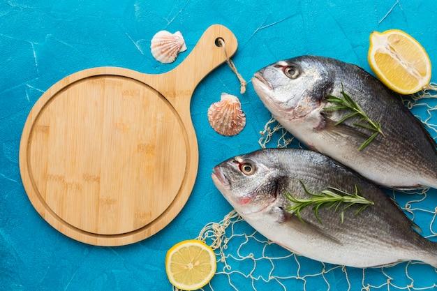 Vue de dessus des poissons avec filet de pêche