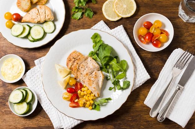 Vue de dessus de poitrine de poulet avec une variété de légumes