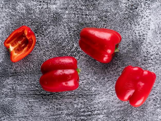 Vue de dessus poivron rouge poivre sur pierre grise horizontale