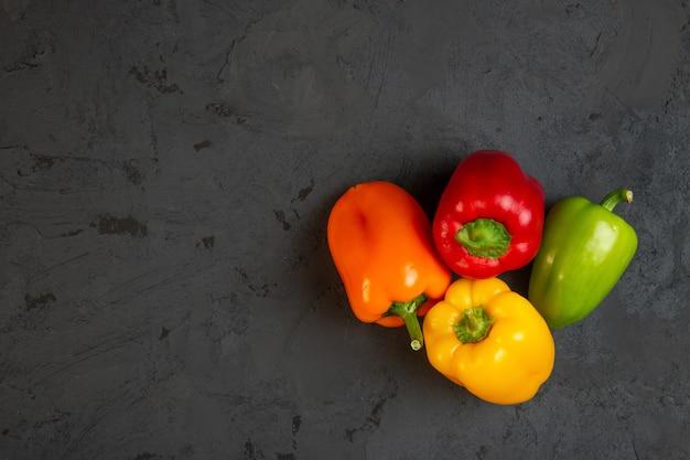 Vue de dessus des poivrons colorés avec fond sur dark