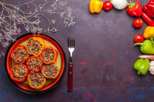 Vue de dessus poivrons cuits avec différents assaisonnements sur la surface grise du bœuf dolma viande végétale alimentaire