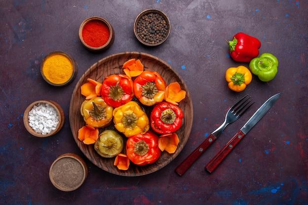 Vue de dessus des poivrons cuits avec de la viande hachée et des assaisonnements sur la surface grise de la viande des aliments repas de la cuisson des légumes