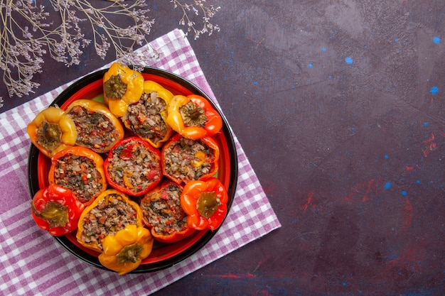 Vue de dessus poivrons cuits avec de la viande hachée sur le bureau gris nourriture repas de légumes dolma de boeuf