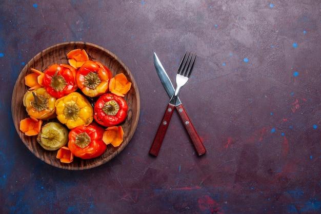Vue de dessus poivrons cuits avec de la viande hachée sur le bureau gris repas nourriture viande légumes cuisson