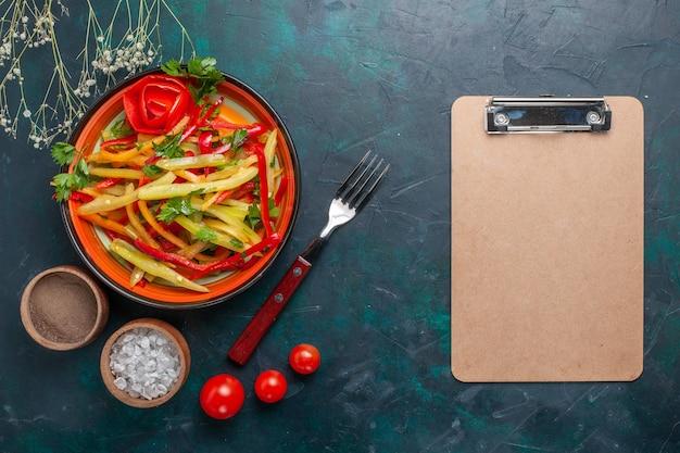 Vue de dessus poivrons en tranches savoureuse salade saine avec assaisonnements et bloc-notes sur fond sombre