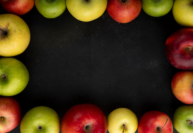 Vue de dessus pomme mix pommes vertes jaunes et rouges avec copie espace sur fond noir