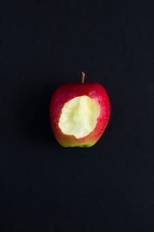 Vue de dessus de pomme mordue sur fond noir. espace de copie. nourriture naturelle.