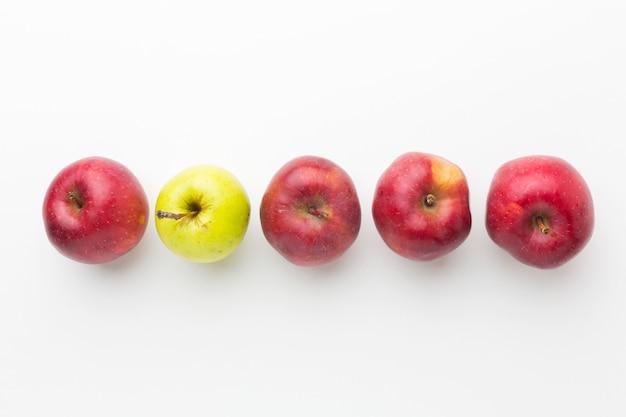 Vue de dessus des pommes alignées