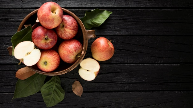 Vue de dessus des pommes dans le panier avec espace copie