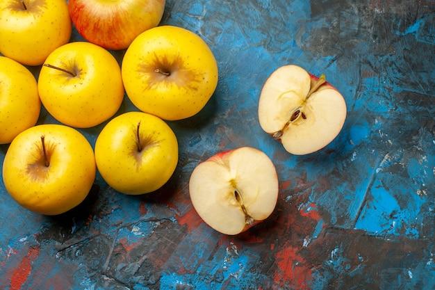 Vue de dessus des pommes douces fraîches bordées sur fond bleu