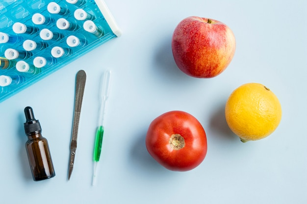 Vue de dessus des pommes et du citron avec des objets de laboratoire