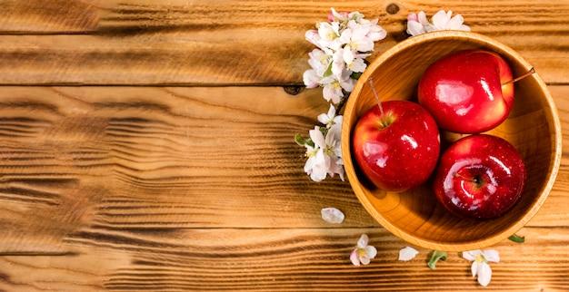 Vue de dessus des pommes fraîches dans un bol