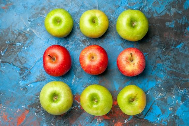 Vue de dessus des pommes fraîches sur fond bleu couleur de régime de santé mûre et moelleuse