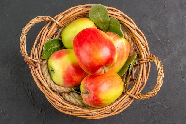 Vue de dessus pommes fraîches fruits mûrs à l'intérieur du panier sur la table grise fruits mûrs frais