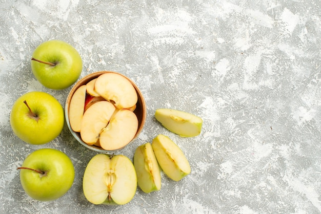 Vue de dessus pommes fraîches tranchées fruits frais sur fond blanc fruits mûrs mûrs