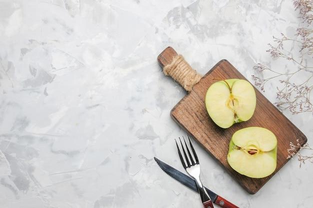 Vue de dessus de pommes fraîches en tranches sur fond blanc