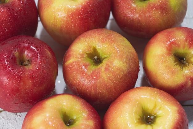 Vue de dessus des pommes avec des gouttes d'eau autour