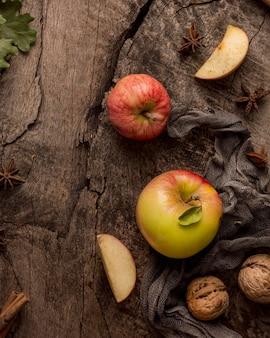 Vue de dessus des pommes et des noix
