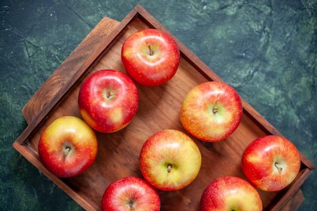 Vue de dessus pommes rouges fraîches sur fond bleu foncé couleur fruit santé arbre poire été moelleux mûr