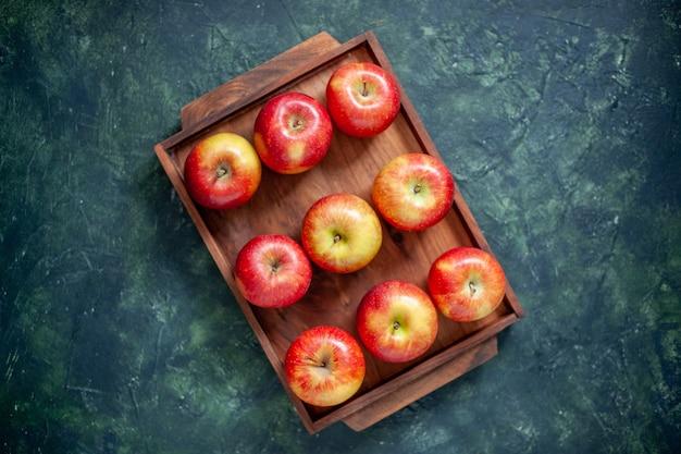 Vue de dessus pommes rouges fraîches sur fond sombre couleur fruit santé arbre poire été moelleux mûr