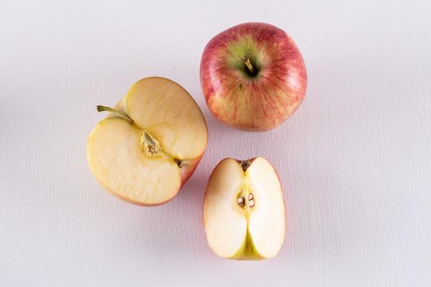 Vue de dessus des pommes rouges tranchées sur blanc horizontal 1