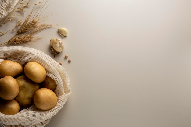 Vue de dessus des pommes de terre et de l'ail avec espace de copie