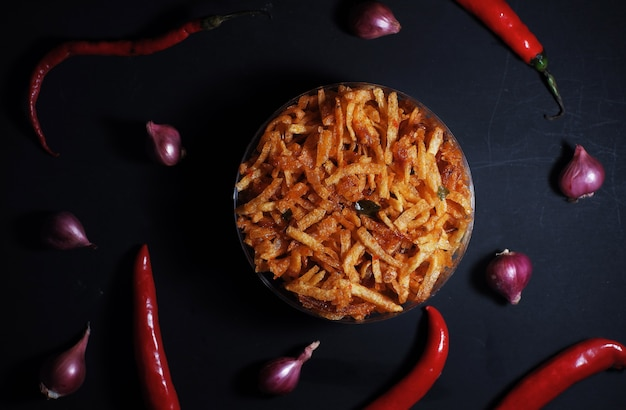 Vue de dessus de pommes de terre croustillantes aux épices