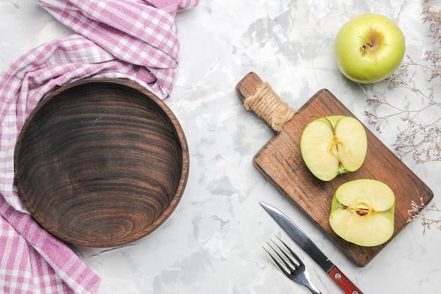 Vue de dessus des pommes vertes fraîches sur fond blanc