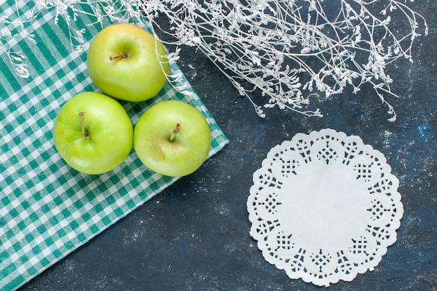 Vue de dessus des pommes vertes fraîches moelleuses et juteuses aigre sur un bureau bleu foncé, collation alimentaire vitamine santé baies de fruits