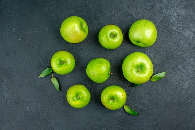 Vue de dessus des pommes vertes sur une surface sombre